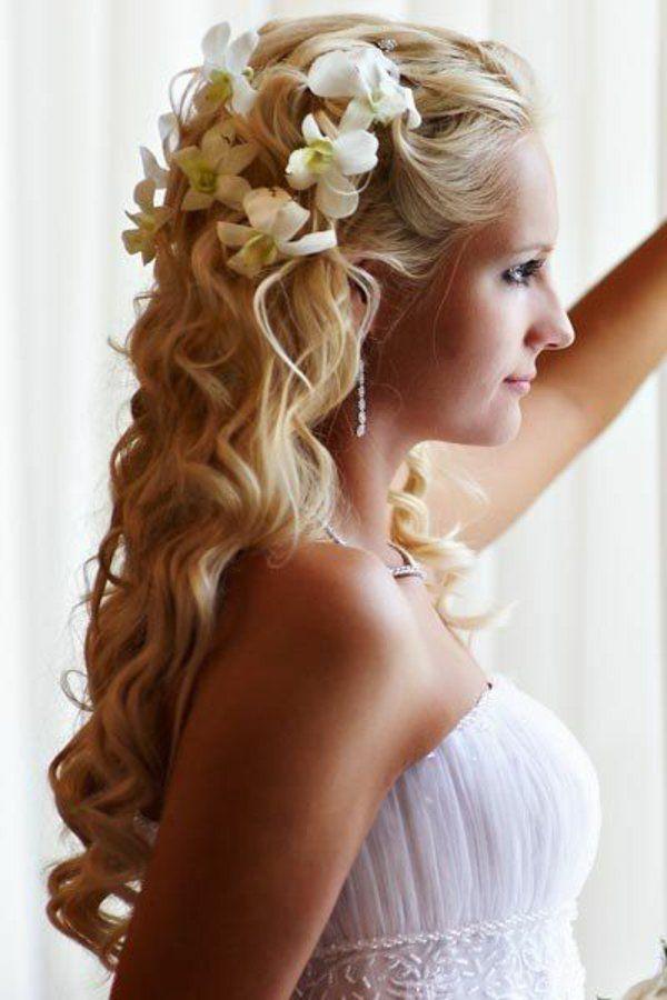schicke brautfrisur lange haare halboffen wellen weiße blumen