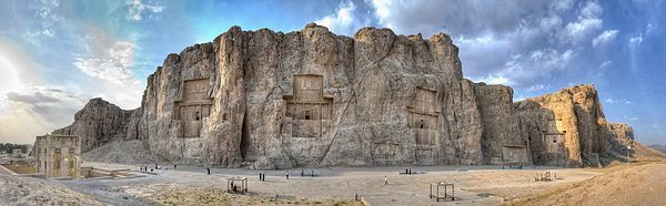Visão panorâmica do Naqsh-e Rustam. Este sítio arqueológico contém as sepulturas de quatro reis aquemênidas, incluindo as de Dario I e Xerxes I.