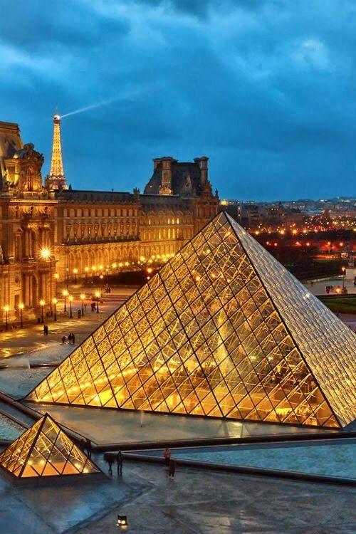Musée du Louvre et Tour Eiffel.