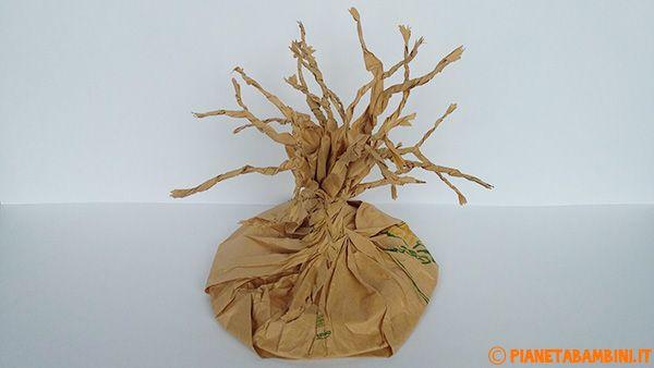 Costruzione dei rami dell'albero autunnale di carta