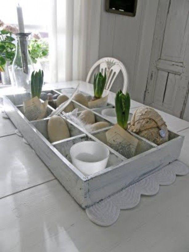 gemaakt van een theedoos, iets opschuren en dan vullen met kaarsen, hyacinten en eieren
