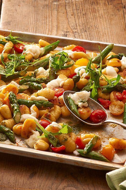 Gnocchi vom Blech mit Mozzarella, Spargel und Pesto