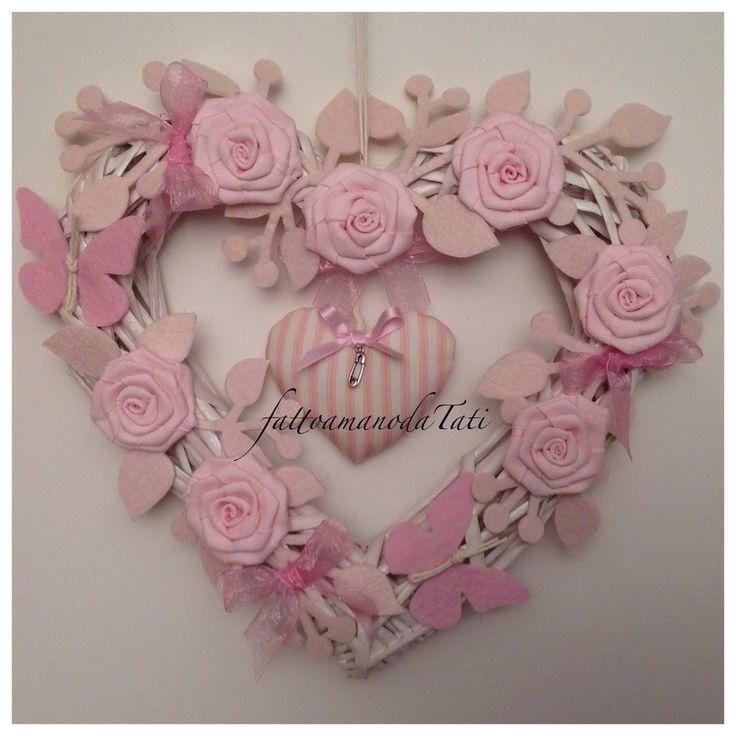 Cuore/nascita  in vimini con rose,farfalle e cuore a righe rosa, by fattoamanodaTati su misshobby.com