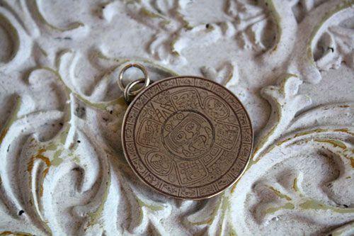 Pendentif Mésoamérique, bijou préhispanique aztèque en argent gravé