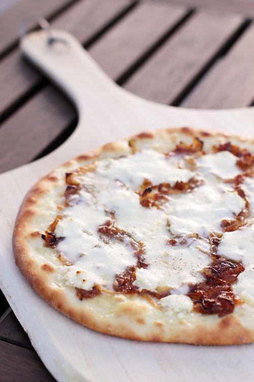 Pizza de queso de cabra y miel | 23 Cenas fáciles de hacer que te harán ver como un experto