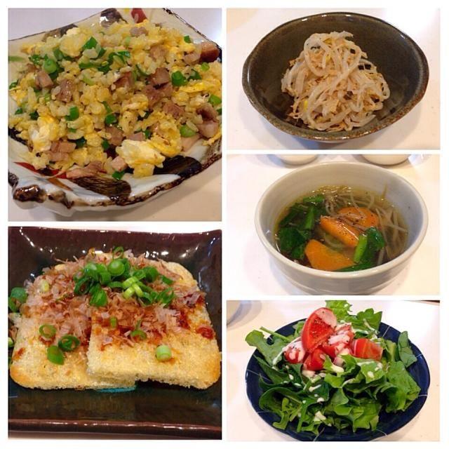 パパの夕ごはんです。 サラダ→ナムル→カリカリ焼き→スープ→炒飯の順で食べてもらいました。  松山あげ、スーパーで見かけて買ってみたのですが、もともとがサクサク軽いお揚げで美味しいです!カリッと焼いて鰹節と葱とカキ醤油をかけて。愛媛出身のパパに聞いてみたけど「初めて見た」とまぁ、大学から20年近くも地元を離れていたらわからないですね気に入ったのでリピしよう♡ 炒飯には先日のチャーシューを。満足してくれました(^_^) - 55件のもぐもぐ - 炒飯、松山あげのカリカリ焼き、もやしのナムル、もやしと人参とニラの和風スープ、サラダ(フリルレタス、サラダほうれん草、トマト) by gohandaisuki