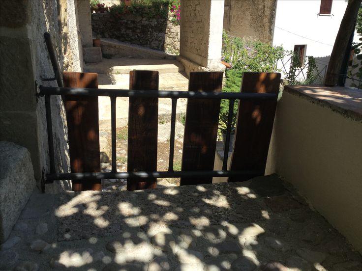 Cancello con materiale da recupero.......vecchia scala in metallo, vecchie tavole . Ideata dal mio amico Pino De J.