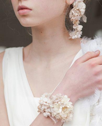 お花のアクセサリーで可愛い花嫁さんに♪結婚式が決まったら♡ウェディングで花嫁がつけたいピアスの参考一覧です♡