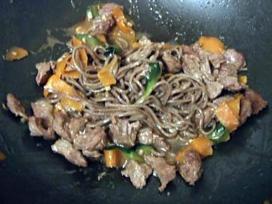 La meilleure recette de Wok de pâtes japonaises au boeuf courgettes et carottes! L'essayer, c'est l'adopter! 4.7/5 (3 votes), 1 Commentaires. Ingrédients: 1 carotte et 1 courgette coupées en lamelles avec un économe (comme des tagliatelles) du bœuf coupé en lanières des pâtes japonaises au sarrasin de la sauce soja salée de la sauce soja sucrée 1 gousse d'ail hachée