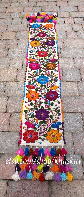Camino de mesa bordado peruano Corredor de lana de oveja mano bordada con flores elegantes y hojas, acabado con borlas multicolores. Cada corredor es una obra de arte. Tarda varios días para terminar cada pieza única, de tejido de la tela, el bordado a la última borla a mano! Magnífico en