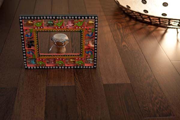Parchetul masiv Wenge este impresionant prin culoarea neagra a parchetului, care devine si mai spectaculoasa cand este finisata cu lac sau ulei. Parchetul masiv Wenge este potrivit indiferent de designul ales, de la stilurile bogate Art-Deco, Art Nouveau si pana la stilurile minimaliste, moderne. Parchetul masiv Wenge este unic intre esentele de lemn.