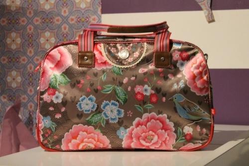 Bruine tas vol versieringen: een vogeltje, roze en blauwe bloemen. #tas #draagtas #Pipstudio #Decodomus