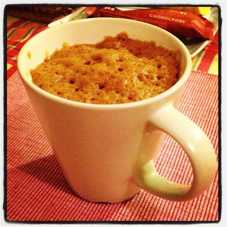 """Kávé ízű szuflé 2 perc alatt egy 800 Wattos mikróban! Iszonyat egyszerűen!   Hozzávalók: - 1 kis zacsi Nescafé (én mondjuk 3in1-t használtam, de jó a """"sima"""" is) - 4 evőkanál liszt - 2 evőkanál cukor - 1/4 teáskanál sütőpor - 3 evőkanál tej - 3 evőkanál étolaj  Mindezt bele egy bögrébe, jól összekevered, 2 percre beteszed a mikróba és jónapot!   Ha egyenes falú, kicsit kisebb bögrébe teszed, akkor ki is dagad szépen a cucc, ahogy kell.   Jó étvágyat!"""