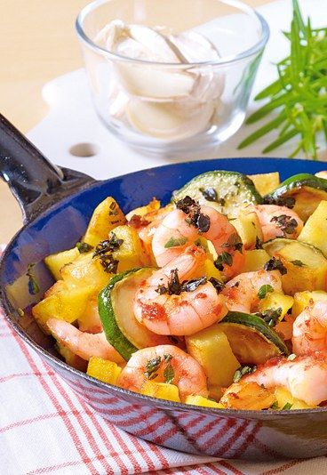 Pfannengericht mit Kartoffeln und Garnelen