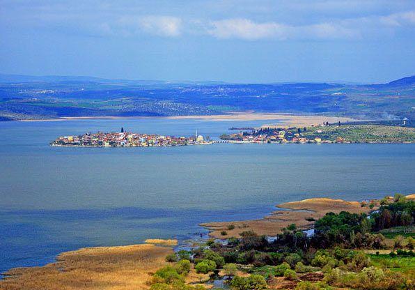 Bursa'ya 34 km uzaklıktaki Uluabat Gölu, yapısı itibarıyla değişik türden yüzbinlerce su kuşuna beslenme ve barınma olanağı sağlıyor. Su içinde yaşayan canlılar için de zengin bir yapıya sahip gölde 21 çeşit balık bulunuyor.