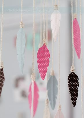 Fabric feather mobile by Tinker With This. With link to tutorial and free printable template.