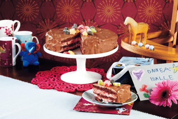 Strawberry chocolate cake. Recipe in Finnish. -- Mansikka-suklaakakku