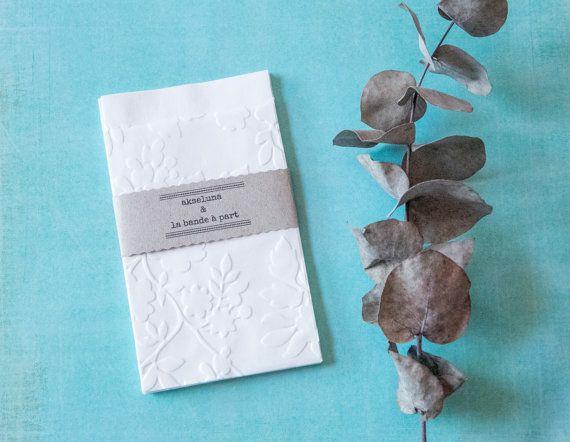 Pochettes, sachets cadeau papier blanc embossé feuillage lot de 10 dim. 8,7cm x 13cm plus le rabat