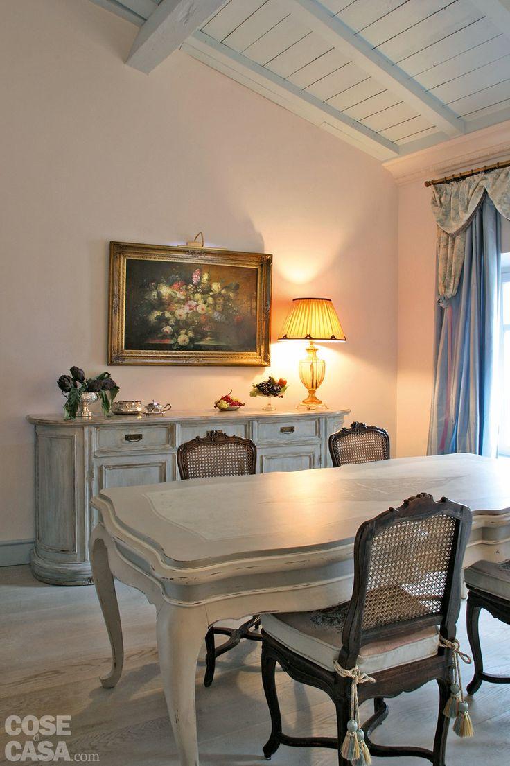Gusto classico alleggerito dalla scelta di finiture chiare: così la casa di dimensioni contenute e arredata con mobili in stile appare più luminosa e accogliente.