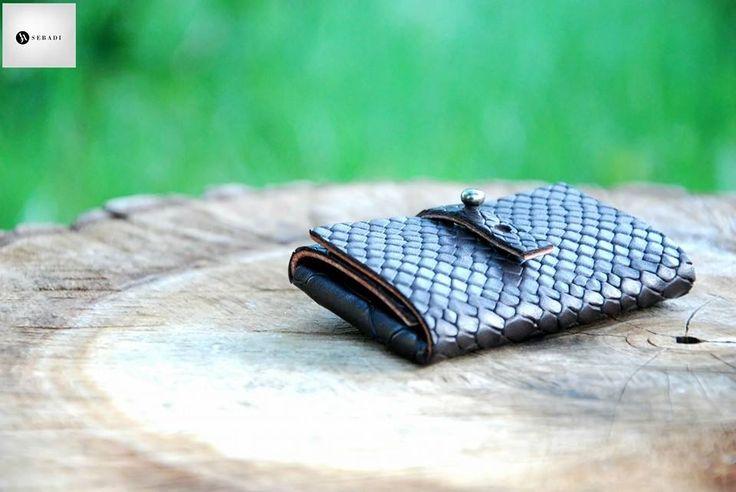 Portofel din piele naturala 14 -maro animal print relief -compact -captusit cu piele maro -accesorizat cu capsa si inchizatoare metalica nichel innegrit -dimensiuni l=5,5cm h=9,5cm g=1,5cm  PRET: 50 lei