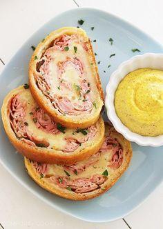 Arrollado al horno con jamón y queso de 3 ingredientes   25 Cenas fáciles que solamente requieren 3 ingredientes