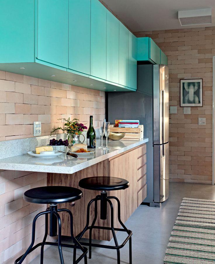 Cozinha em turquesa e cinza com plaquetas de cerâmicas que imitam tijolos.