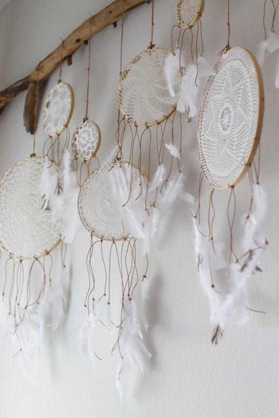De dromenvanger is een traditioneel object afkomstigvan een Indianenvolk in Amerika, de Ojibweg. Een dromenvanger is bedoeld om nare dromen weren, de slechte dromen worden in de dromenvanger opgevangen zodat ze niet je hoofd binnendringen. Veel ouders hangen dromenvangers boven het bed van hun kind, maar een dromen vanger kan ook heel leuk als decoratie…