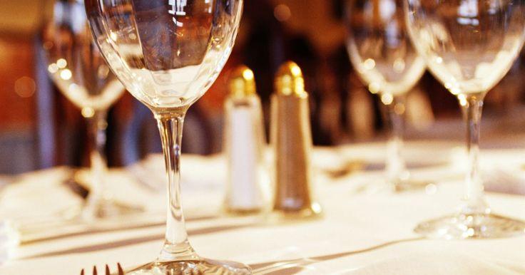 Diferencia entre tenedores para ensalada y tenedores para postre. En un lugar que se prepara para una cena formal, la cantidad de cubiertos corresponde con la cantidad de platos que se van a servir. Comienzas con la última pieza de los cubiertos y continúas con cada plato. Los tenedores más grandes son los de la cena; los más pequeños se pueden usar de forma alterna en algunos juegos de vajillas de plata para ...