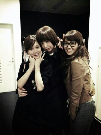 The famous Senbatsu trio Maeda Atsuko, Oshima Yuko, and Mariko Shinoda spotted eachother in the same building while shooting different commercials. Picture of Maeda Atsuko's twitter.