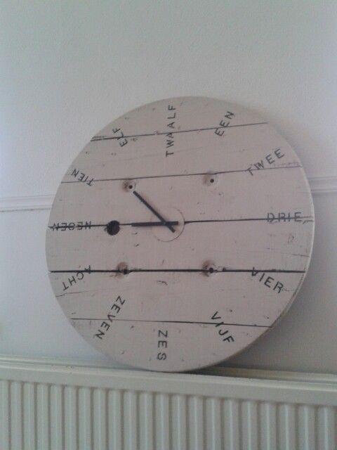 Clock, rough look. Made of an old cable reel - Stoere klok.. Gemaakt van een oude kabel haspel!