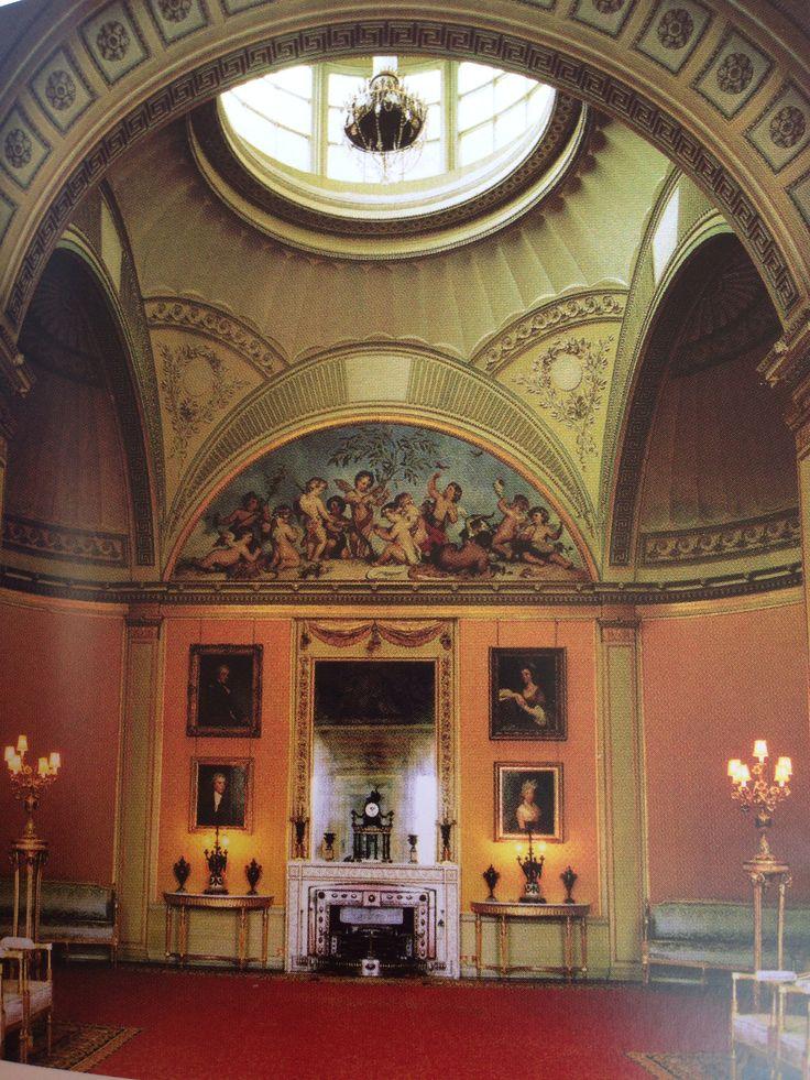 Gele conversatiezaal in Wimpole Hall, 1791, John Soane, kenmerken: de strakke indeling van het interieur ik vlakken, de voorkeur voor geometrie en symmetrie en de verfijnde versieringen