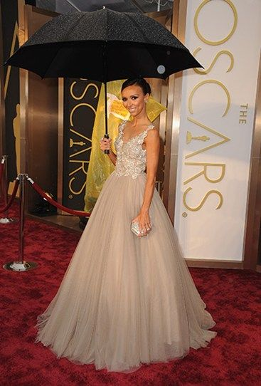 Giuliana Rancic isn't going to let a little rain dampen her red carpet experience. The TV personality looks Cindarella-eque in this tulle-heavy gown. #Oscars