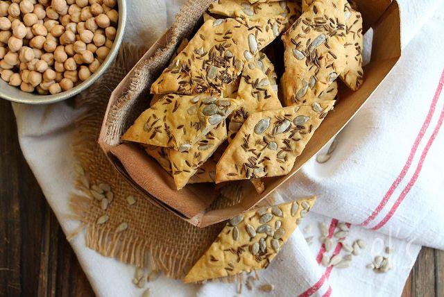 Crackers aux graines à la farine de pois-chiche {sans gluten, vegan} - Ingrédients : 150 g de farine de pois-chiche, 50 g de gaines de tournesol, du cumin..