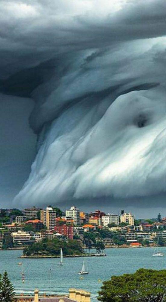 Un phénomène extraordinaire s'est déroulé ce matin non loin de Sydney, en Australie. Juste au dessus de la plage de Bondi Beach, une tempête a commencé à se former sous les yeux des baigneurs. Sur les images amateurs, postées sur les réseaux sociaux, on peut voir un mur de nuages en train d'avancer vers les côtes australiennes.