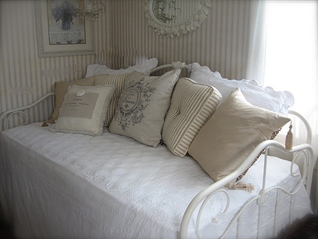 shabby chic day bed with quilt u0026 lace accessories