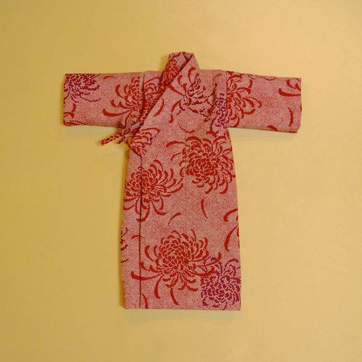 疋田柄で描かれた菊模様が華やかな女の子のレトロな産着です。御七夜、命名式、初節句など日本の伝統的な行事や、お宮参りなど華やかな祝い着の略式としてお使いいただけます。