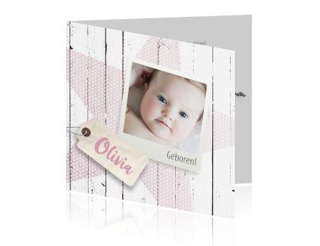 Schattig en hip geboortekaartje voor een meisje met licht roze ster, lichte witte houten achtergrond , label en zelf gemaakte polaroid foto.  Op een hip retro labeltje kun je de naam schrijven. Bekijk alle geboortekaartjes van Luckz.nl
