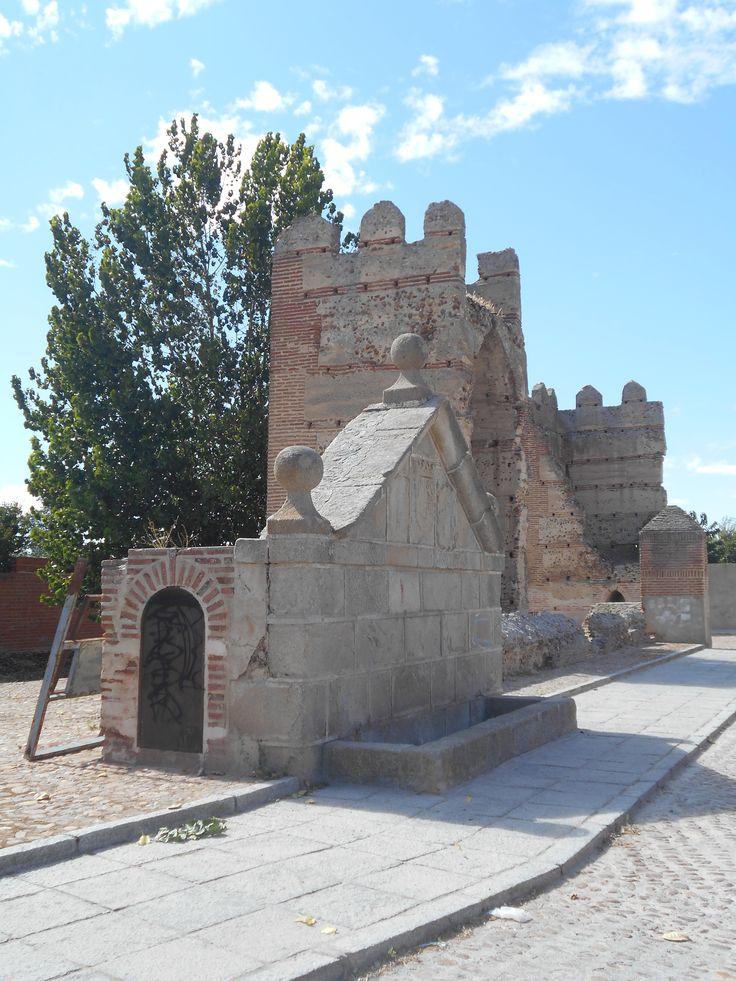 Fuente de los caños y torres cercanas a la Puerta de Peñaranda.