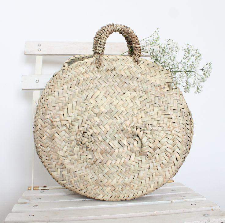 On craque pour ce panier rond en feuilles de palmier, il sera parfait pour la plage, les courses ou faire son shopping.  Artisanat Marocain.  Dimension (taille S): Diamètre : 30 cm.  Ce modèle est disponible en taile L (55 cm) et en taille M (45 cm).