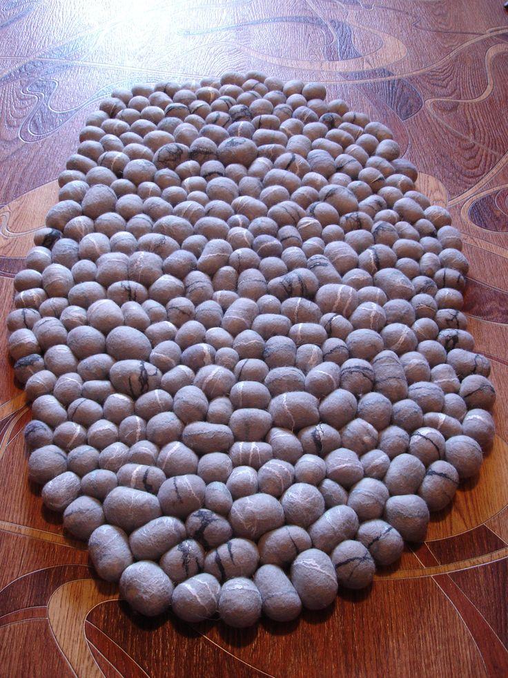 Коврик из шерстяных камней (шерстяная галька). Серый гранит. коврик валяный, валяные камни.  felting felt rug wool stone
