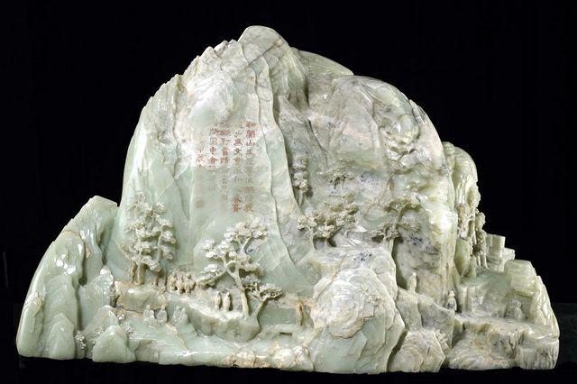 Jade veistos Vuori !!!    Kiinan Qing-dynastian  Keisari  määräsi Pekingiin tuodun 290 kiloa painavan vihertävän valkoisen jadekappaleen muovattavaksi esittämään vuorimaisemaa. Työ valmistui vuonna 1874