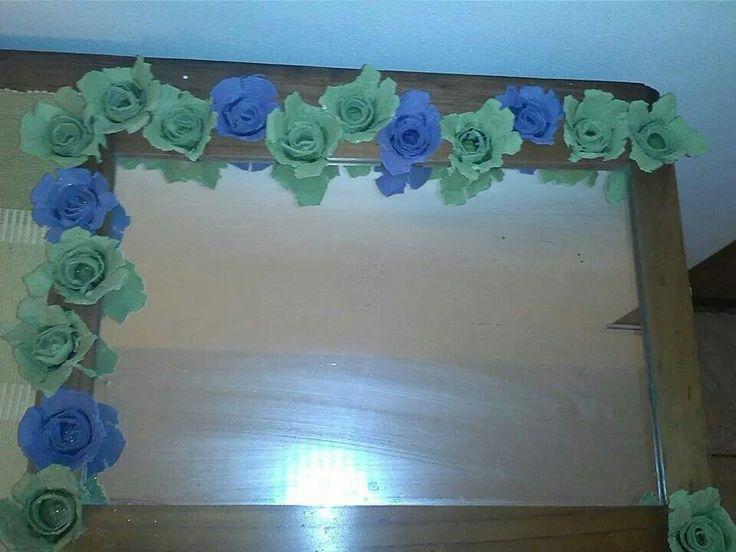 Espejo con flores de cajas de huevos