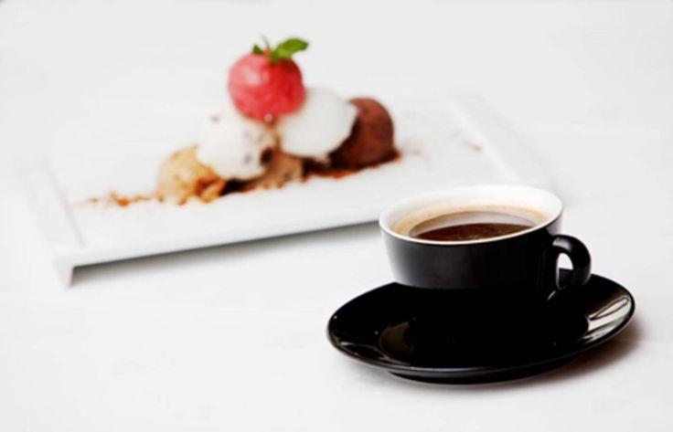 Sjokolademarquise med braiserte frukter og og bringebærsorbet