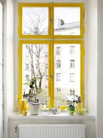 窓枠のイエローは、まるで窓の外を風景画にした額縁のよう。