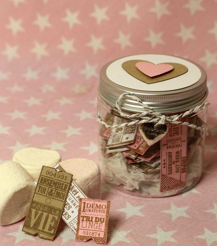 On aime ce bocal plein de bons de tendresse, le cadeau parfait pour faire durer la Saint Valentin !