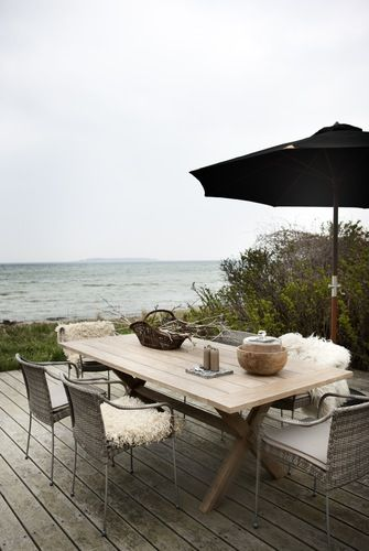 Beach House Inspiration - veranda overlooking the sea http://www.lovingit.pl/sposoby-na-aranzacje-malych-wnetrz-czyli-dom-o-powierzchni-42-m2-o-urzekajacym-klimacie-biel-i-drewno-w-roli-glownej/ [<3]
