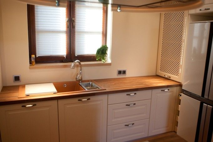 Jasna i ciepła kuchnia połączona z jadalnią. Projekt i wykonanie: Studio93    #kitchen #meblekuchenne #kuchnie #meble    Więcej kuchni na http://www.studio93.pl/pl/pl/meble-kuchenne/1,23,6