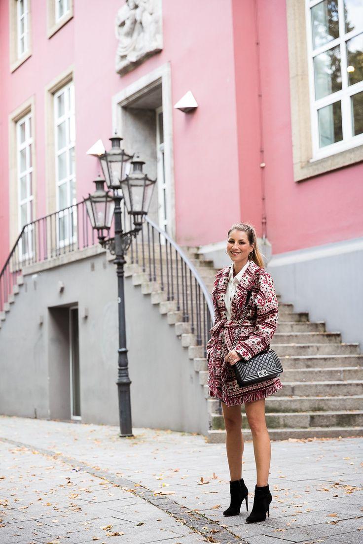 jacke fransen strick seidenbluse lack rock chanel tasche stiefeletten herbst outfit street style 2017 fashion blog