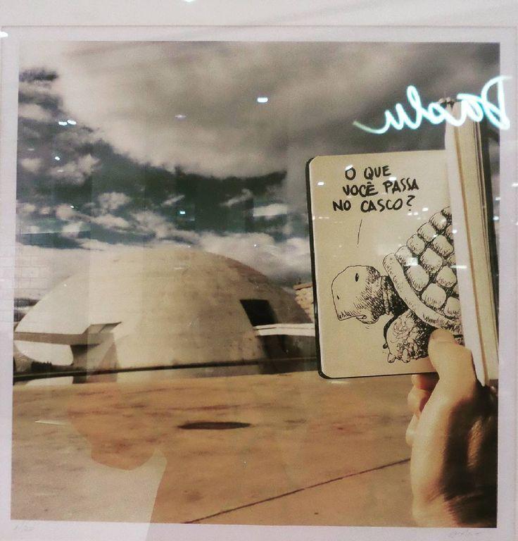 O divertido trabalho de Toninho Euzébio na exposição Interferência. #arte #art #exposicao #desenho #brasilia #bsb #tartaruga (Abstrai o reflexo da daslu ok?)
