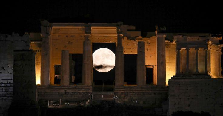 A lua vista através do Propileu, na Acrópole, em Atenas, Grécia